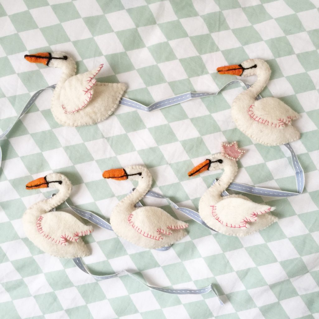 Oui Oui-guirnalda cisnes fieltro
