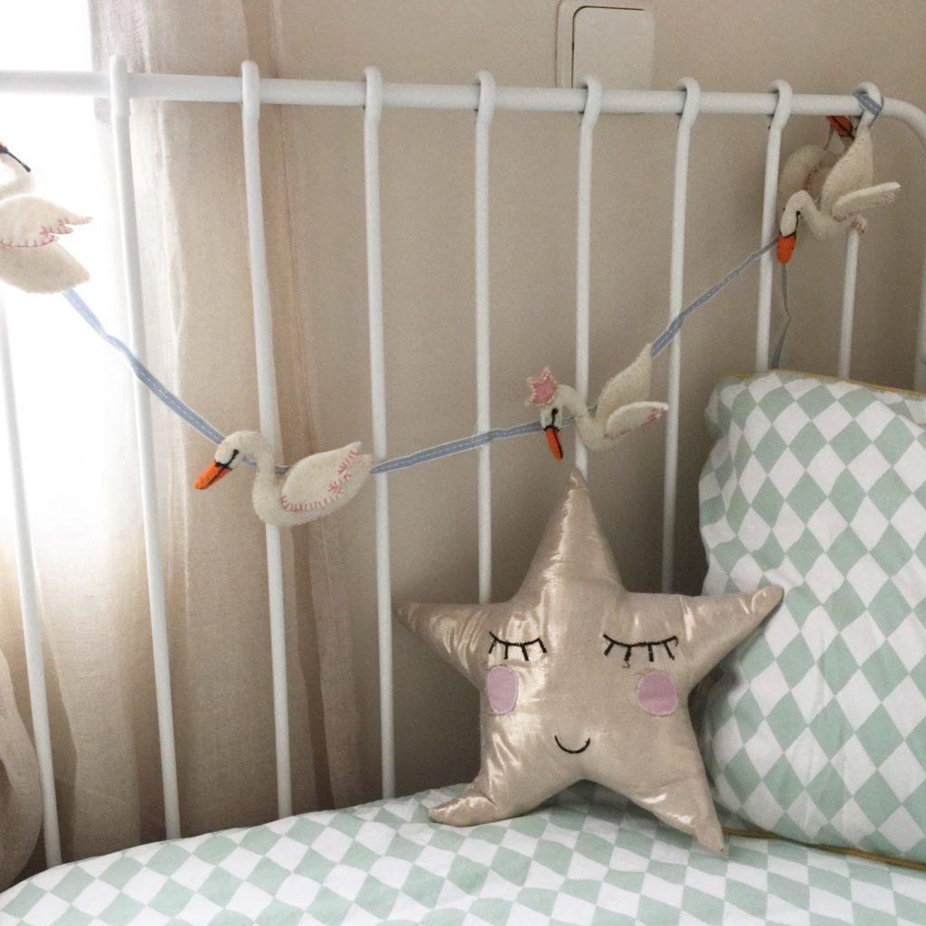 Oui Oui-guirnalda cisnes fieltro-cama2