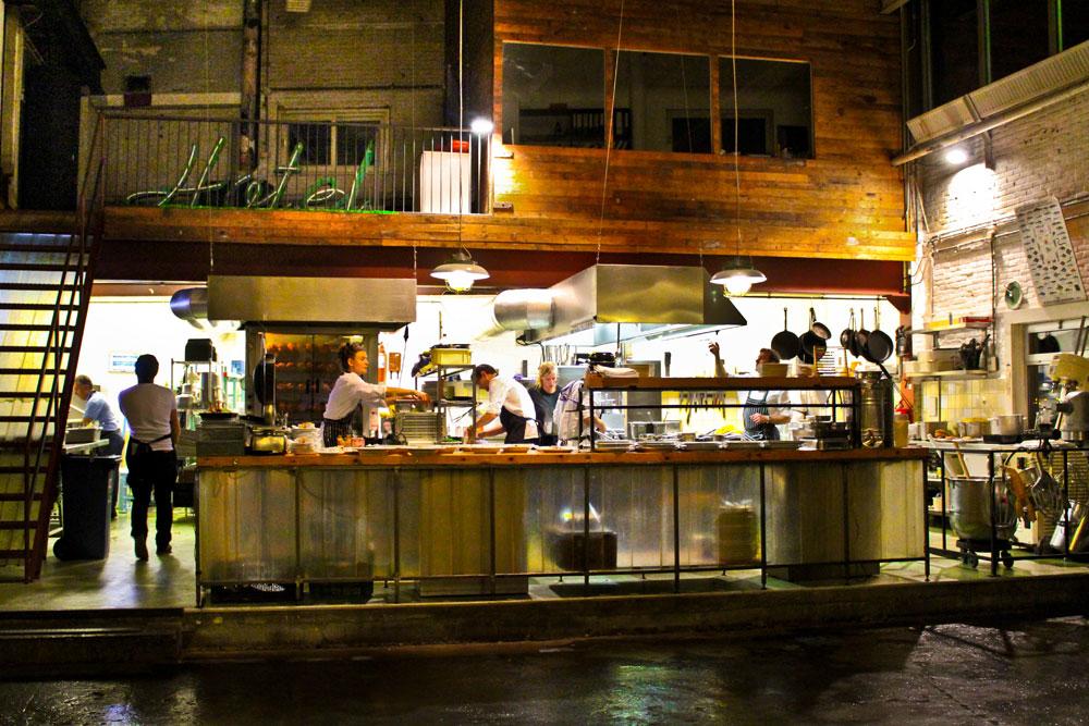 Oui Oui-restaurante taller coches-amsterdam-hotel de goudfazant-cocina vista