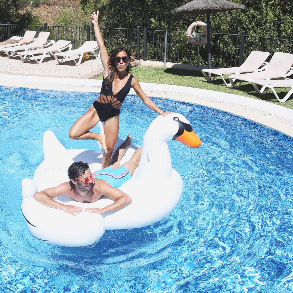 Paula, de My Peep Toes junto a Manuel Ordovás, el verano pasado con nuestro flotador cisne