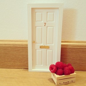 Así queda la caja de fruta en relación a la puerta del ratoncito