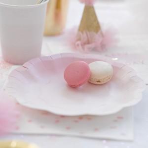 Platos rosas y dorados