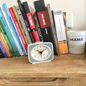 Reloj despertador retro gris