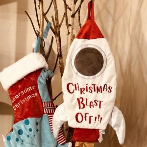 Calcetín regalos chimenea cohete